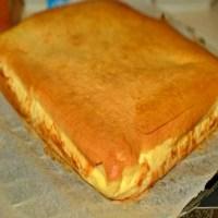 Prăjitură turnată cu brânză – delicios de pufoasă și bună, se topește în gură