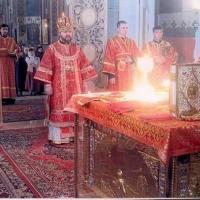 Această fotografie a fost realizată în timpul Sfintei Liturghii. Atât preoții, cât și cel care a făcut fotografia nu au văzut nimic deosebit. Abia când filmul a fost developat, a fost vizibilă Lumina Dumnezeiasca din Sfântul Potir