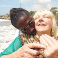 O femeie de 68 de ani din Marea Britanie trăiește o dramă după ce s-a îndrăgostit de un bărbat din Ghana, cu care s-a și căsătorit. Bărbatul a mințit-o pe femeie ca să îi dea bani și spera să ducă o viață de lux în Regat. Beth Haining obișnuia să râdă când citea povești despre femei mai în vârstă care căutau relații cu băieți mai tineri, care ajungeau să le fure economiile și nu credea că ar putea ajunge și ea vreodată în această situație. Însă ea a picat în plasa unui ghanez cu 30 de ani mai tânăr decât ea, care i-a provocat o pagubă de 18.000 de lire. Beth l-a cunoscut pe Rodney pe internet, în 2014, atunci când ea avea 63 de ani. Bărbatul locuia în Accra, Ghana, iar Beth conducea o organizație de caritate care ajuta ortfelinatele din oraș.