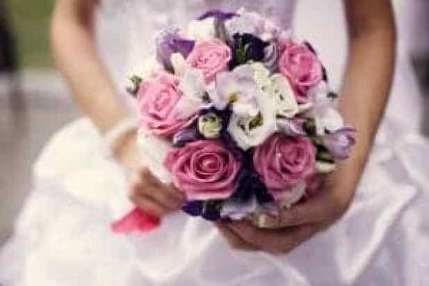 Poročni šopek naj bo v barvah, ki se ujemajo z vašo obleko