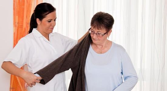 oblacenje-starostnika-pomoc-pri-hisnih-opravilih