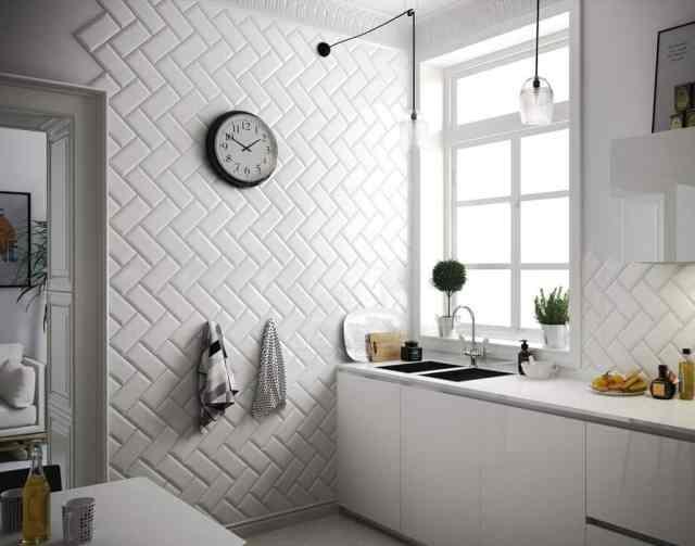kuhinja-bela-polaganje-ploscic-dekoracija-in-funkcionalnost