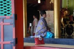 En shinto-präst och en miko-prästinna