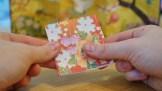 3. Vänd på pappret och vik på samma sätt till en fyrkant.