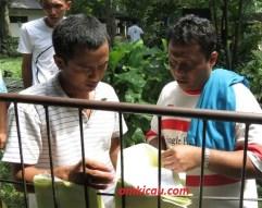 Peserta seksama memeriksa hasil penilaian juri pada lomba burung Solo Kota Budaya 2012