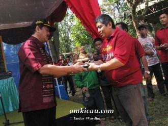 Penyerahan Piala Raja dari perwakilan Kraton kepada Ketua Panitia