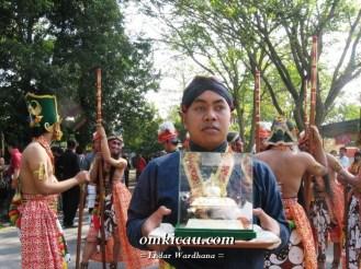 Prajurit Kraton Pembawa Piala Raja