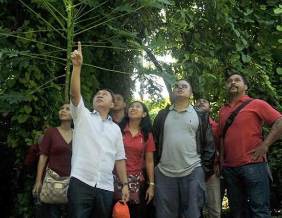 Menteri Kehutanan Zulkifli Hasan (kiri) dan pengurus Indonesia Olympic Association (IOA), termasuk Yayuk Basuki (kedua kiri), berkunjung ke Pulau Rambut . (Foto: Antara/Zabur Karuru)