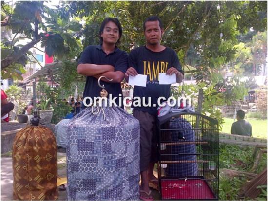 Dua kru mendampingi Senpi usai juara di Taman Asoka Jambi, hari ini.