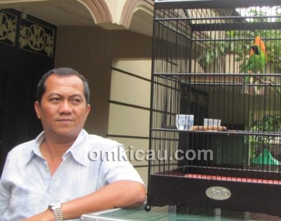 Mr Yayang, mantan pereli nasional, bersama cucak hijau Dahsyat.