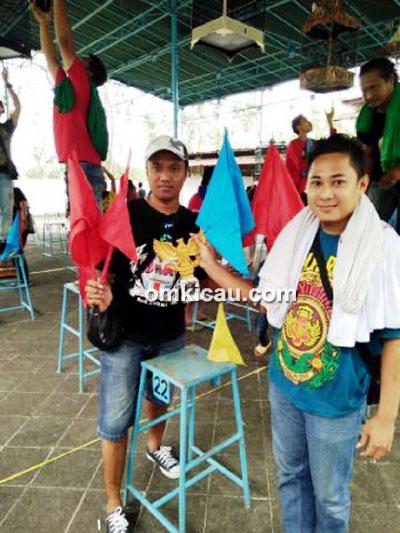 Om Udin (kiri) saat pegang bendera koncer