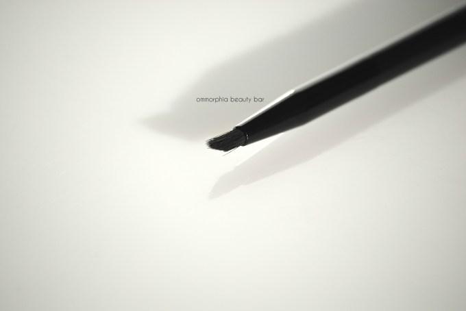 Tweezerman Line Glider Brush macro