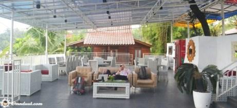Area kolam renang dan restorannya. Yang di belakang itu villanya