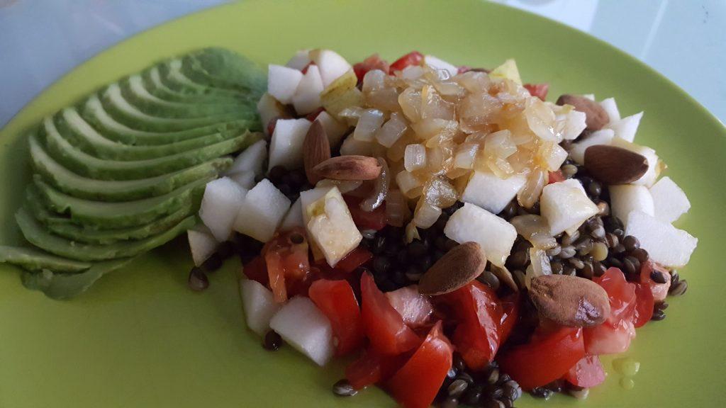 Salade lentilles béluga poure avocat tomate amande et oignons caramélisés
