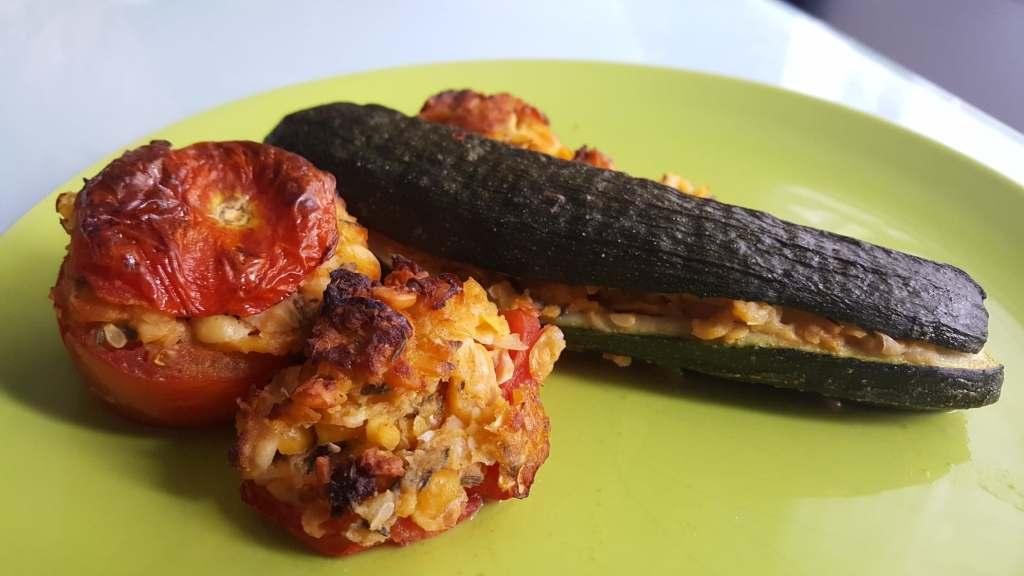 Courgettes et tomates farcies aux pois chiches sur une assiette