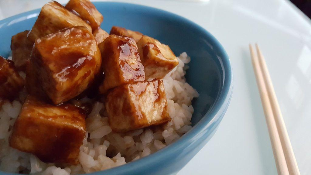 Tofu teriyaki sur un bol de riz