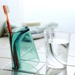 歯ブラシを立てつつ水を切れるコップ