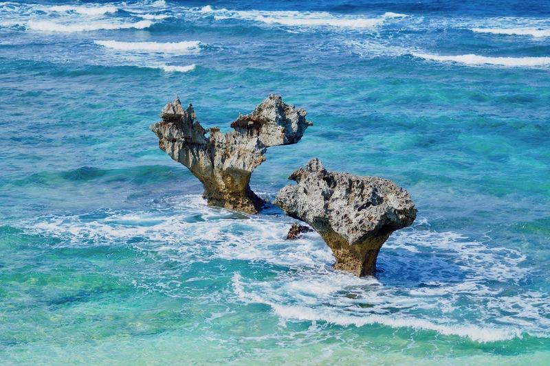 古宇利島のハートロック – 偲フ花