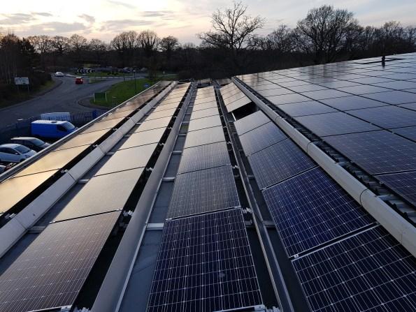 Projeto de eficiência energética em Curitiba: prédio com telhado solar