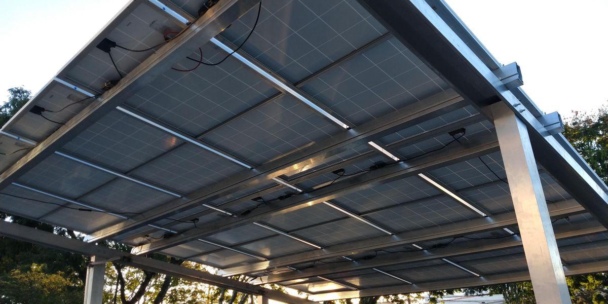 carport solar: imagem de carport com veículos