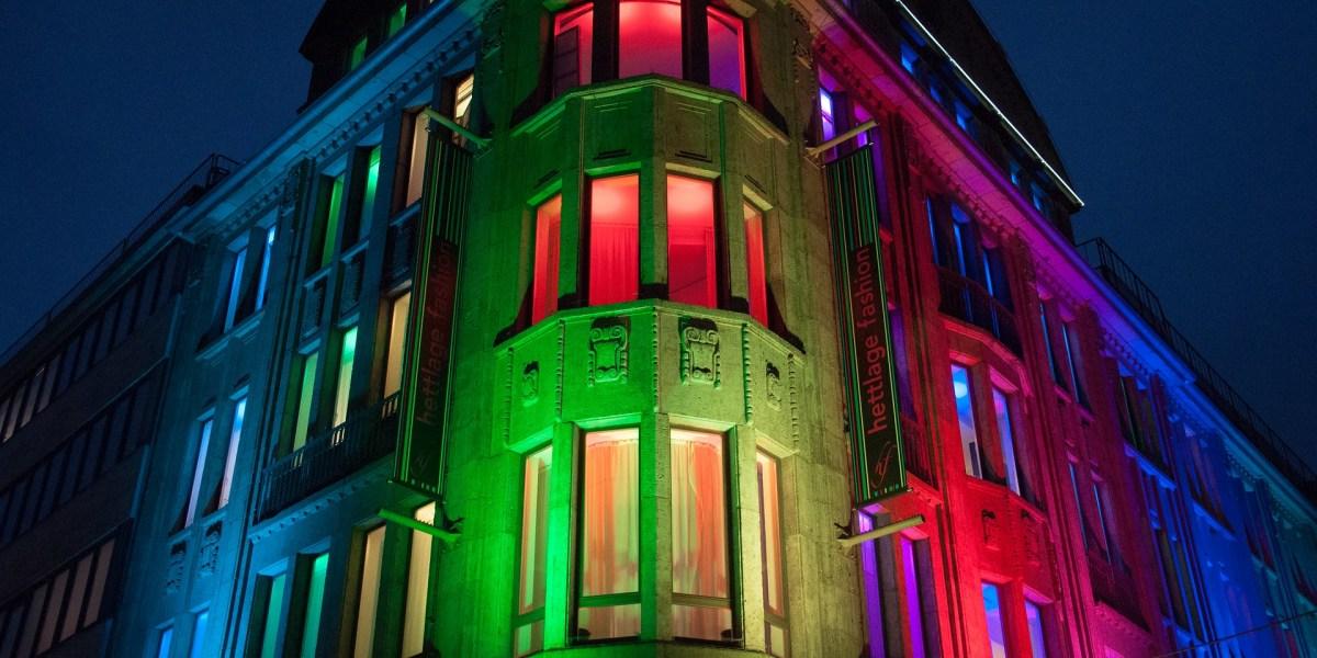 Iluminação de fachadas: imagem de fachada com iluminação LED RGB