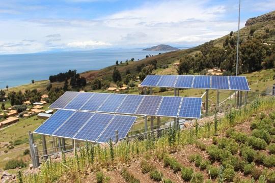 Projeto de eficiência energética: imagem de painéis solares no campo