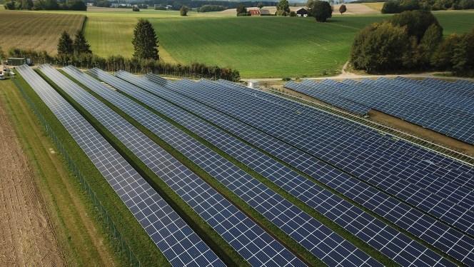 Usina solar fotovoltaica: imagem de fazenda solar