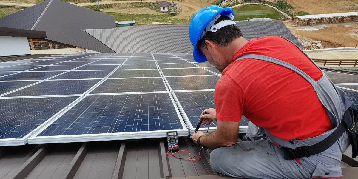 Usina fotovoltaica: imagem de técnico instalando painel solar