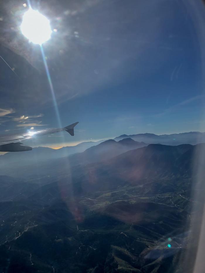 Blick aus dem Flugzeugfenster auf Andalusien