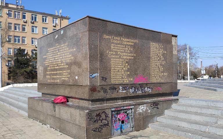 huligani_izurodovali_memorial_v_chest_dnya_osvobojdeniya_odessi_1583.jpg