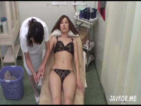 レズエステで発情させられたモデル系美乳お姉さんに電マを渡すと潮噴きしちゃったオナニー動画