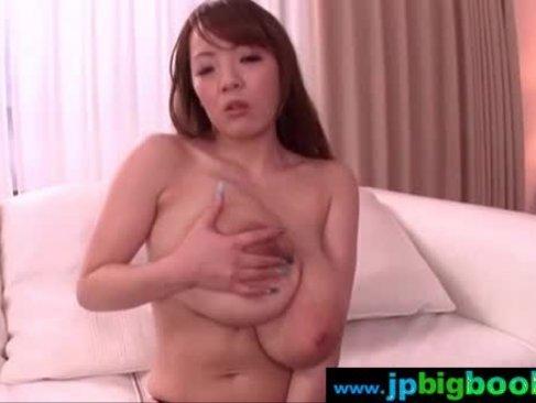 HitomiがM男を足コキしながら爆乳やおまんこを弄る!何度も寸止めしては笑みを浮かべる痴女のオナニー動画