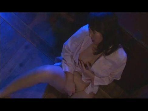 隠し撮りされてるとも知らずに深夜のリビングでオナニーをしてる黒髪美人妻のオなニー動画