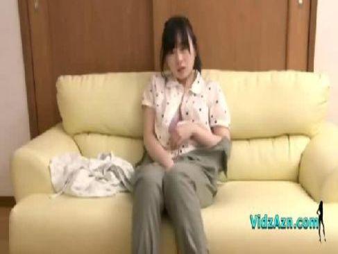 アダルト女優の羽月希が着衣のまま巨乳や敏感なおまんこを弄り潮吹きするオナニー動画無料