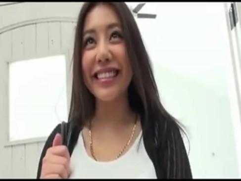 ハーフ系AV女優の松本メイがローターでクリトリスを刺激しながら手マンをしているエッチ動画
