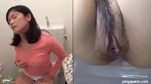 トイレでムラムラ発情しバイブを使ってクリトリスを弄り白濁汁を溢れさすお姉さんの無修正オナニー盗撮動画