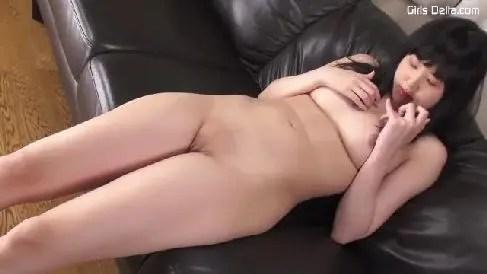 むっちりした体の美女がクリトリスを弄りおまんこを濡らしていく無修正オナニー動画