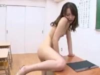 ムラムラ欲情した美人達が机の角におまんこを擦り付け全裸になって悶える角オナニー動画