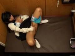 可愛い女子大生が試写室でアダルトビデオを見ながらおまんこを弄り昇天していく一部始終を盗撮したオナニー動画