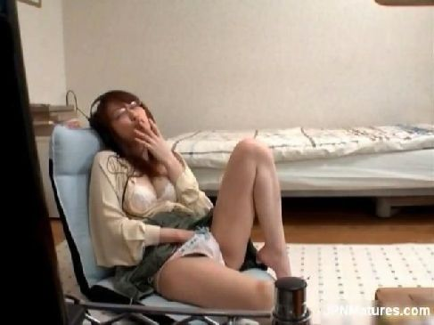 男日照りが続く超淫乱美人お姉さんがAV鑑賞をしながら女性器を刺激してるオナニー動画無料