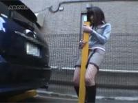 駐車場のポールにあそこを擦り付けてオナニーする露出狂変態女
