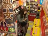 欲求不満の若妻がビデオ店のエロコーナーからロータを持ち出してオナニーを開始!