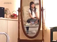 鏡に映ったあの子のパンチラをおかずにシコシコしちゃう男