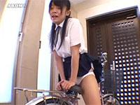 清純JKの自転車サドルオナニー。白いパンティを履いたままサドルの先っぽにクリ擦り付け