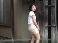 空き家の柱でこっそり擦り付けオナニーを始める微露出狂女子