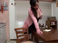 テーブルの掃除よりも角オナニーに夢中になる欲求不満妻