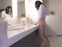 会社のトイレでマン土手を擦り付けオナニーをするOL