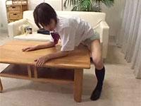 テーブルをがっつり抱いて角擦りオナニーに精を出すJK