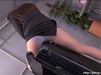 スーツケースの端で角オナニーを始める淫乱メイクアップアーティスト