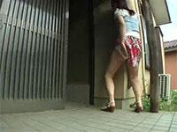 玄関の外壁の角で擦り付けオナニーをするハイレベル女子